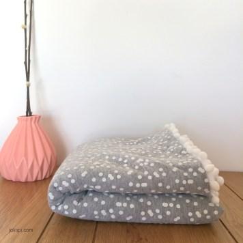 couverture-bebe-matelasse-gris-polaire-plie