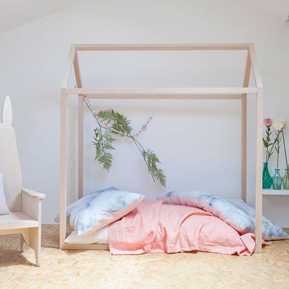 lit cabane montessori stunning lit a baldaquin robinson lit cabane cotemporain en bois tilleul. Black Bedroom Furniture Sets. Home Design Ideas