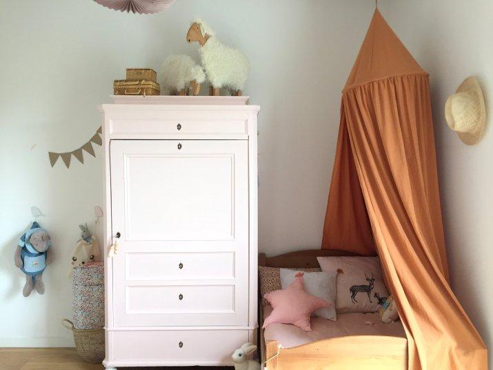 Chambre Camille lit et armoire ancienne repeinte