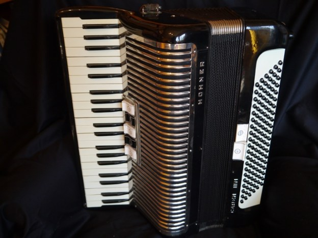 Hohner Carena IIIM 41/120 … (demo video)