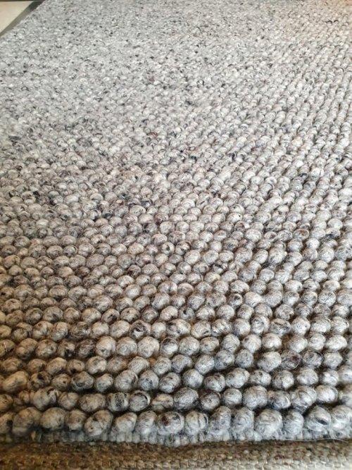 tapis gris en boules de laine
