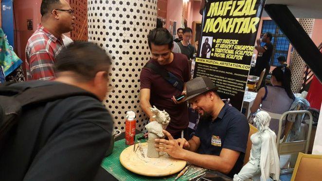 Mufizal Mokhtar membuat satu demonstrasi ukiran! Dia menghabiskan lebih kurang 100 jam untuk menyiapkan satu kraft tangan arca.
