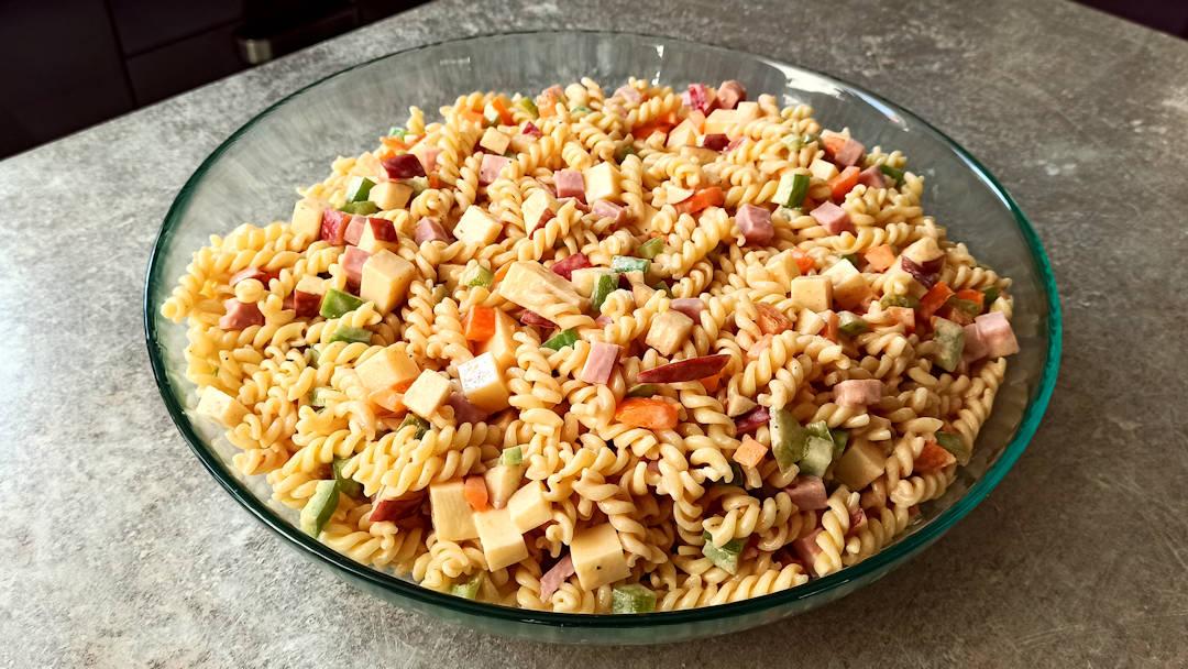 Un plat de salade de pâtes Jonathan Frank