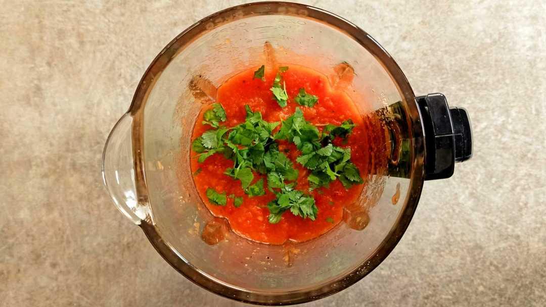 Saler poivrer et ajouter la coriandre