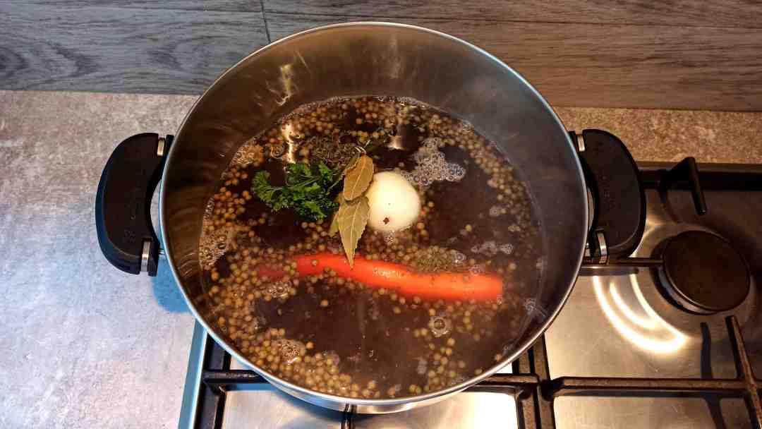 Porter à ébullition et ajouter la carotte, l'oignon piqué et le bouquet garni