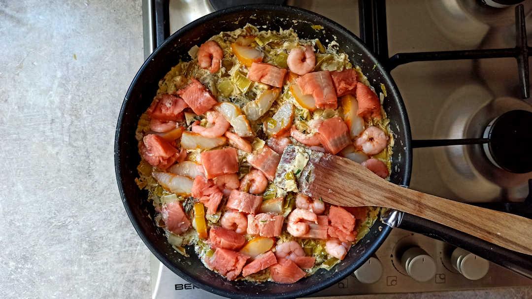 Incorporer délicatement les morceaux de poisson et les crevettes