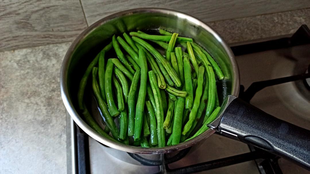 Plonger les haricots verts dans l'eau bouillante