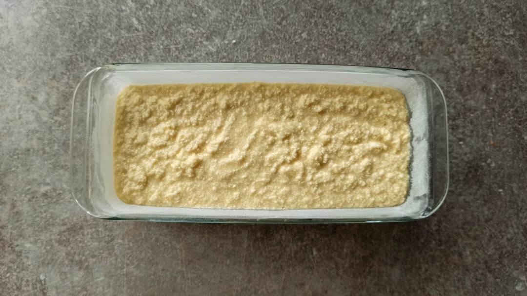 Verser la pâte dans le moule à cake