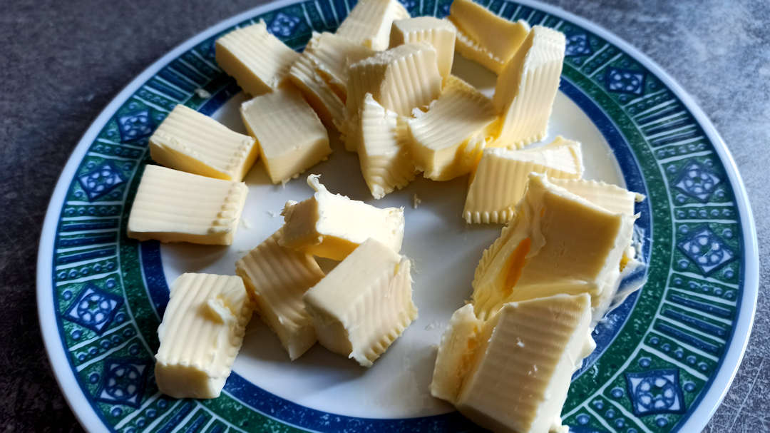Couper le beurre en petits cubes