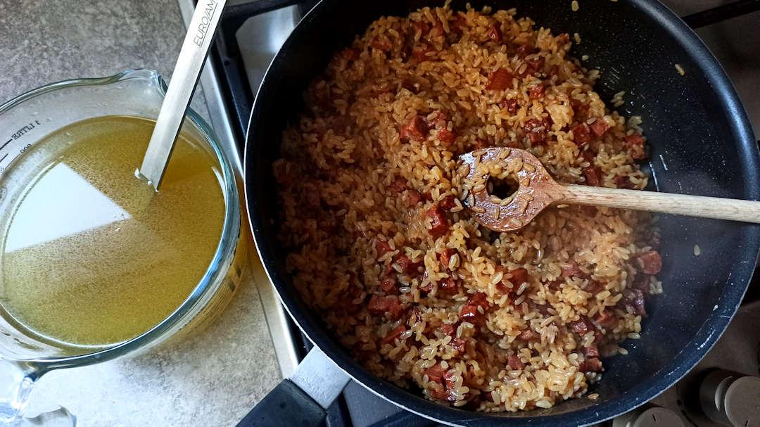 Louche après louche, ajouter le bouillon pendant une vingtaine de minutes.