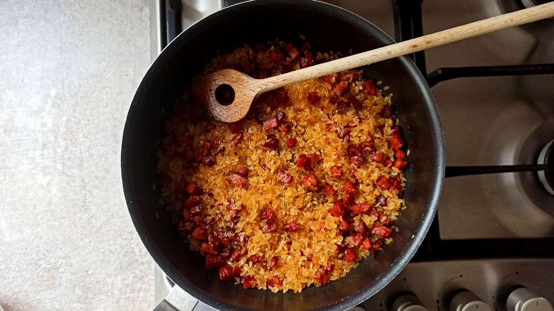 Puis, ajouter le riz et remuer pour qu'il s'imprègne bien d'huile