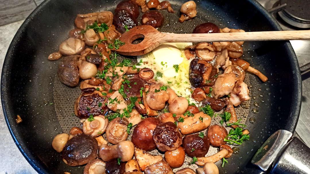 Ajouter 15 grammes de beurre, l'ail haché et le persil ciselé