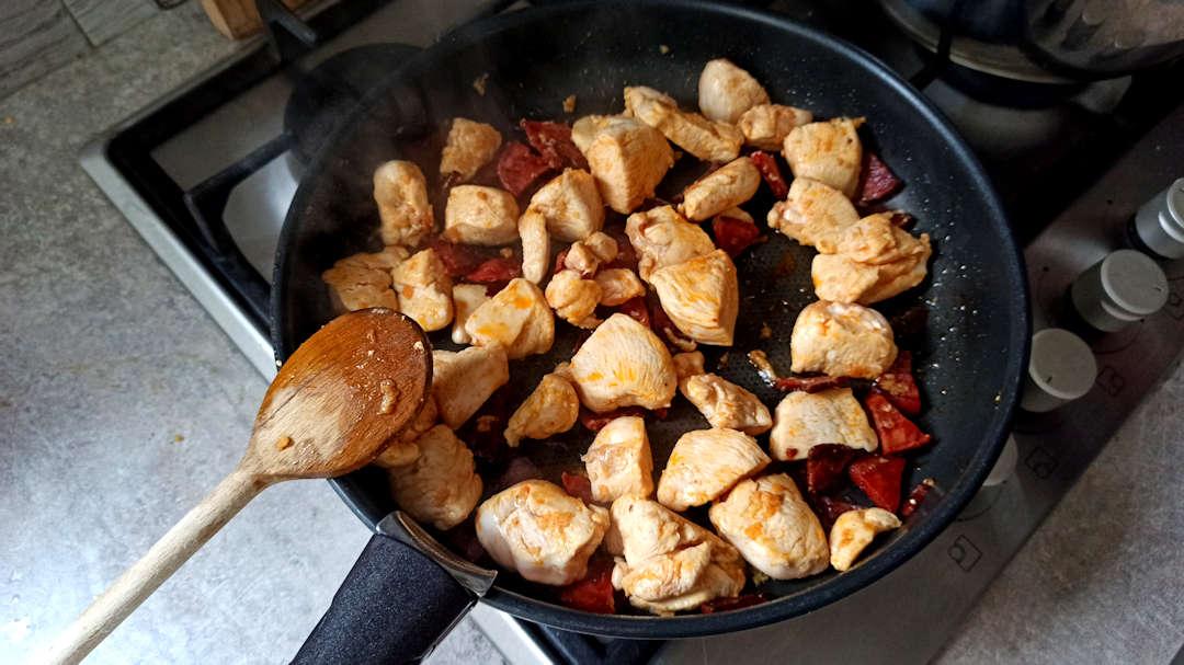 Ajouter l'ail écrasé et les cubes de poulet