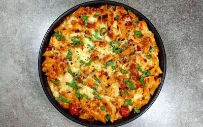 Gratin de pâtes au poulet et au chorizo dans une sauce crémeuse à la tomate