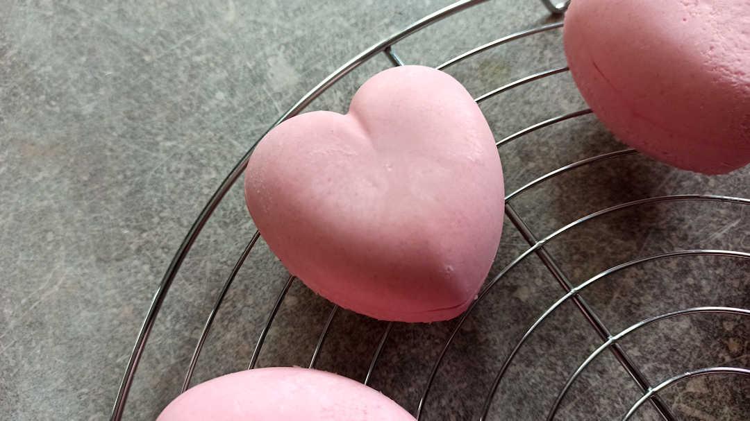 Démouler les entremets de la Saint-Valentin sur une grille