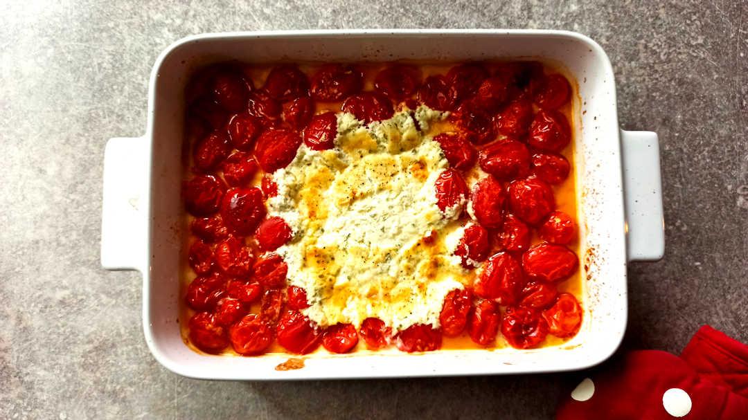 Le fromage et les tomates commencent à colorer et ramollir