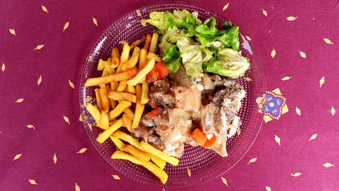 Pour le déguster le potjevleesch, une portion de frite et une salade verte
