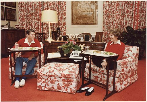 Photograph_of_The_Reagans_eating_on_TV_trays_in_the_White_House_residence_-_NARA_-_198525