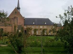 Klooster vanuit kloostertuin