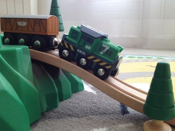 Avec les circuits en bois Brio ont peut faire des montées, des descentes...