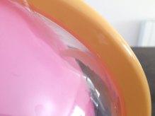 Un crochet en plastique permet de percer le ballon.