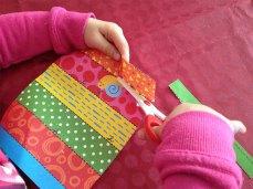 Découper une feuille en suivant les pointillés.