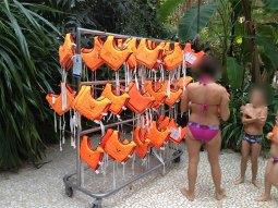 Des gilets de natation sont à la disposition de tous.