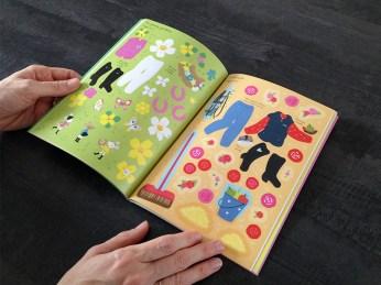 Le livre contient beaucoup d'autocollants.