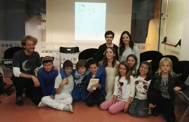 Amb part dels autors del llibre i nens i nenes que van representar una escena de l'adaptació teatral a l'Abacus (Balmes)