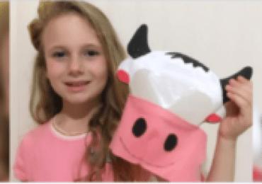 Com máscara em formato de cabeça de gado, menina ganha concurso