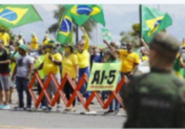 """Vou intervir"""": Bolsonaro tentou golpe no STF e foi dissuadido por Heleno, diz revista"""