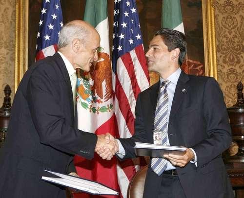 Los secretarios de Seguridad Interna de Estados Unidos, Michael Chertoff, y de Gobernación, Juan Camilo Mouriño, tras la firma del convenio bilateral en materia de seguridad, ayer en Nueva Orleáns