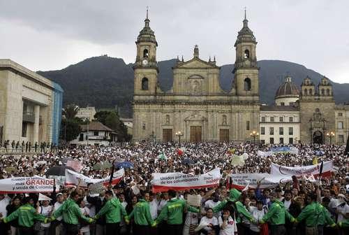 Con la caida de las pirámides financieras en Colombia, caen los sueños de miles de ahorristas. En la gráfica se observa una gran multitud durante las protestas