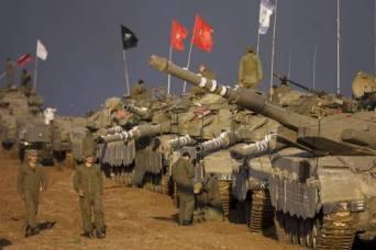 El ejército israeli continuó ayer el despliegue de infanteria y tanques en la frontera con Gaza en anticipación a una ofensiva terrestre (Foto AP)