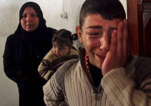 Familiares de Sami Lobad, muerto ayer en la ofensiva israeli, durante el funeral del militante de Hamas. AP
