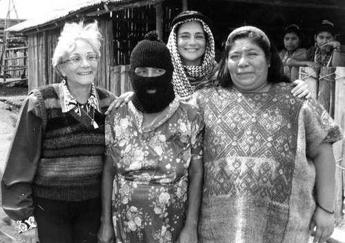 Nolasco con mujeres zapatistas