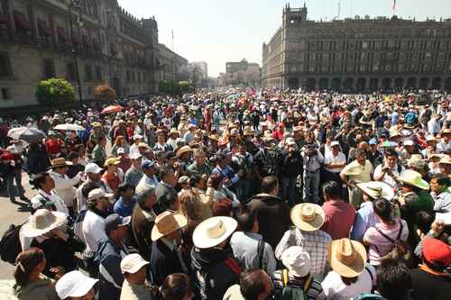 Integrantes de la CNTE marcharon de la Suprema Corte al Senado en repudio a la ACE (Foto Carlos Ramos Mamahua)