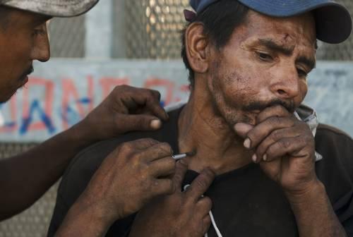 En Tijuana, Baja California, el consumo de drogas se ha incrementado en forma considerable. En la imagen, cerca de la zona del río, El Zacatecas inyecta una dosis de heroína a El Lágrimas, de 42 años de edad, quien fue deportado de Estados Unidos en 1996Foto Ap
