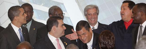 El mandatario venezolano Hugo Chávez llama a sus homólogos Barack Obama, Tabaré Vázquez y Rafael Correa, entre otros, a posar para la foto oficial de la quinta Cumbre de las Américas. Foto Ap