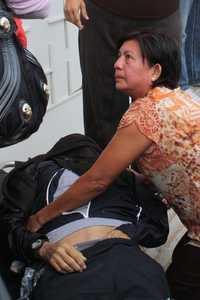 Una de las hermanas del perredista Armando Chavarría Barrera, presidente del Congreso de Guerrero, acudió al domicilio del legislador, donde éste fue asesinado a balazos. Foto Lenin Ocampo