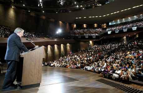 Sala Nezahualcóyotl, del Centro Cultural Universitario, atestada y en escucha del Maestro Chomsky