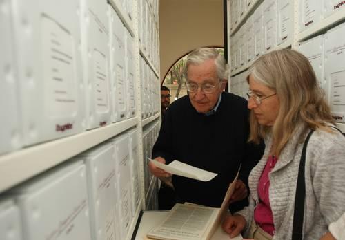 Noam Chomsky y su hija visitando el archivo Marta y Gregorio Selser