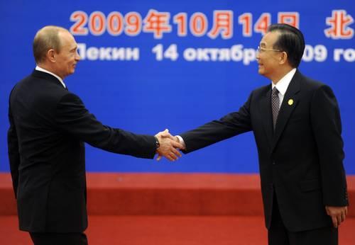 Bienvenida al primer ministro ruso, Vladimir Putin (izquierda), por su par chino, Wen Jiabao, el miércoles pasado en Pekín. Foto Reuters