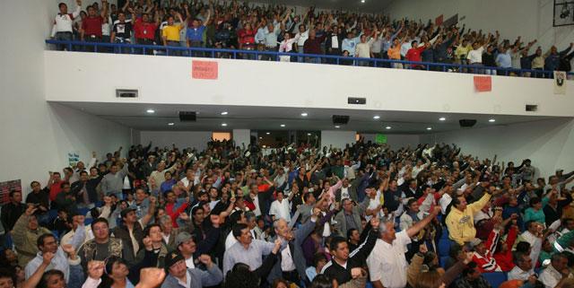 Convocadas por los trabajadores de Luz y Fuerza del Centro, decenas de organizaciones sociales participaron ayer en la Asamblea Nacional de Resistencia Popular, donde acordaron respaldar en su lucha al Sindicato Mexicano de Electricistas y pasar de las acciones aisladas a las colectivas. Foto José Antonio López
