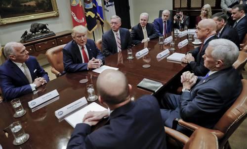 El presidente Donald Trump y el vicepresidente Mike Pence trabajaron ayer para avanzar en una de sus prioridades: desmantelar la reforma de salud conocida como Obamacare, para lo cual se reunieron en el Salón Roosevelt de la Casa Blanca con representantes de las aseguradoras de salud más grandes del país y con gobernadores. Trump dijo que se está avanzando, aunque comentó: