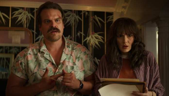 Jim Hopper e Joyce em Stranger Things