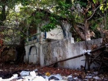 Casa abandonada na Av. Epitácio Pessoa serve como banheiro e esconderijo de bandidos. (Foto: Vlamir Duarte/Jornal A Página)