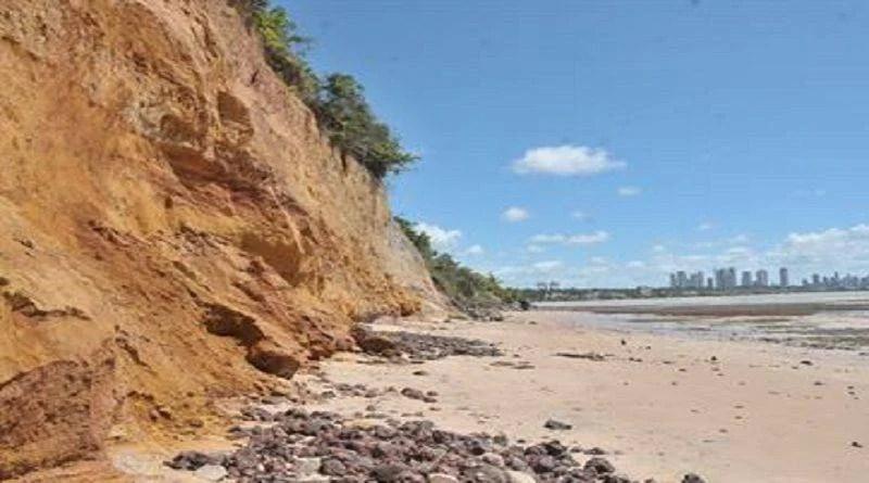 Maré alta causa novo deslizamento na barreira do Cabo Branco, em João Pessoa