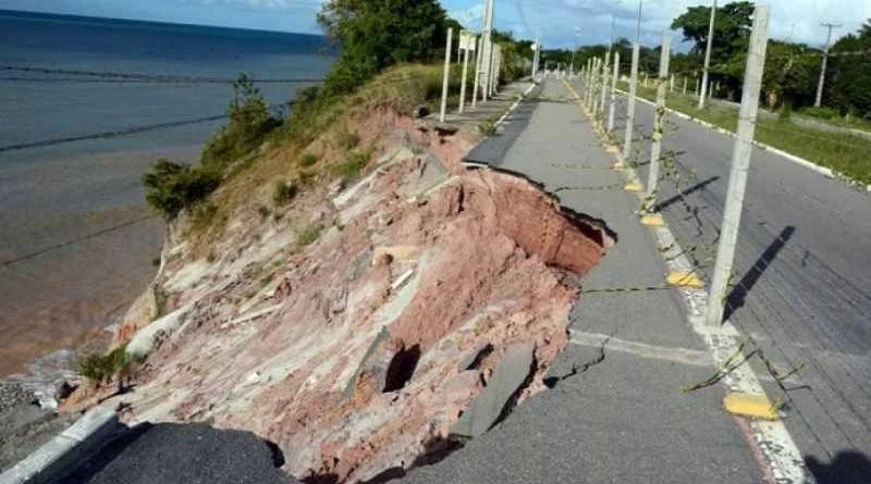 Chuvas agravam a erosão da barreira do Cabo Branco e turistas e comerciantes reclamam da situação de abandono