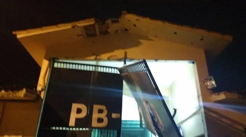 Grupo suspeito de explodir PB-1 é preso com fuzil em flat na orla